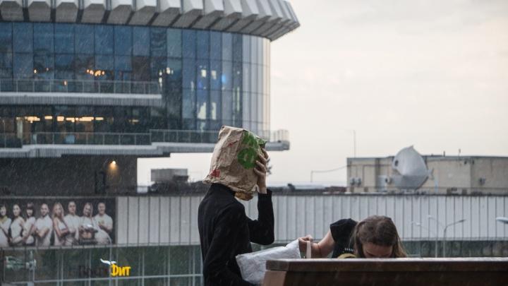 «А просто летний дождь прошёл»: фоторепортаж с промокших волгоградских улиц