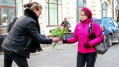 Бесплатные букеты на Покровке и суетящиеся мужчины с цветами: 15 кадров в преддверии 8 Марта