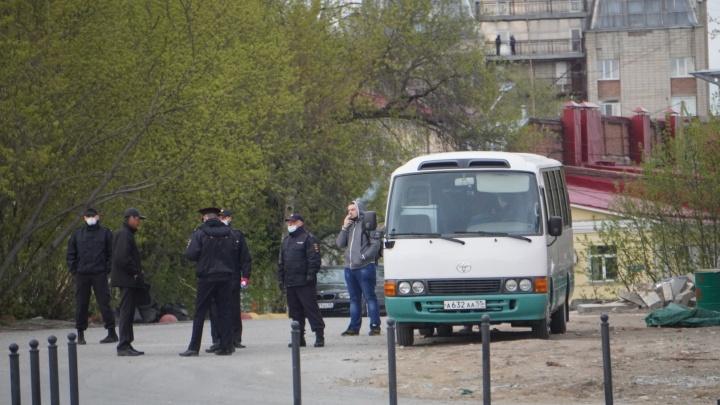На омские улицы выехали автобусы с полицейскими — горожан просят вернуться домой: хроника пандемии