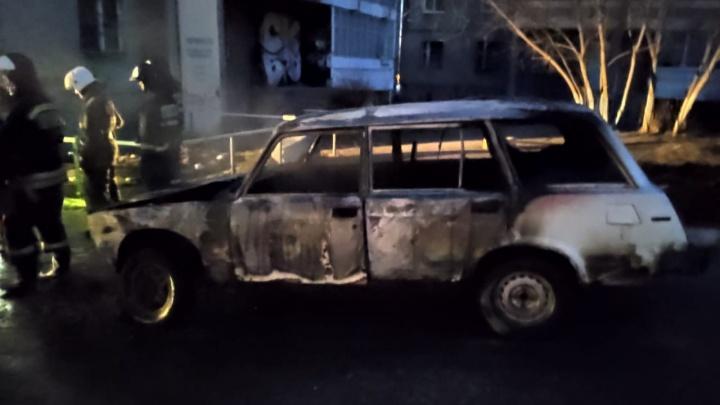 «В соседних дворах у машин окна выбили»: возле дома на Синих Камнях сгорел автомобиль