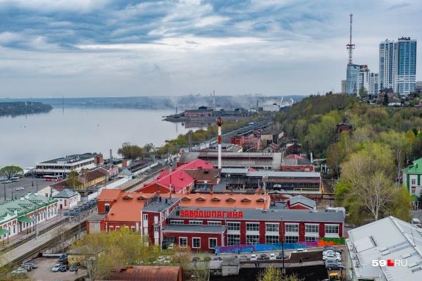 Панорама на Каму, Завод Шпагина и вокзал Пермь I
