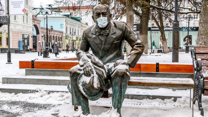 Коза, Евстигнеев и почтальон вне опасности: памятники на Покровке защитили медицинскими масками