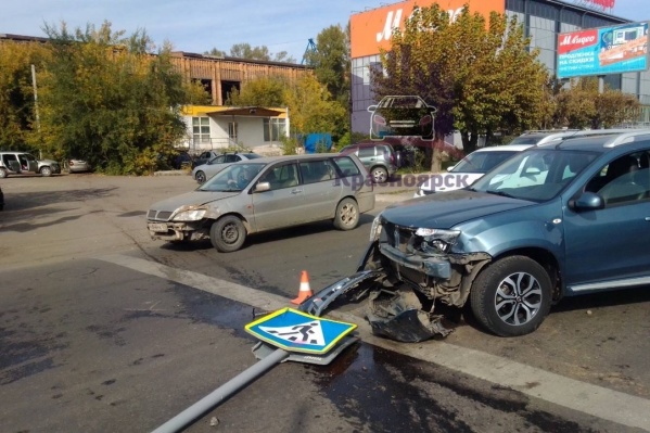 Машина снесла два знака и повредила два авто