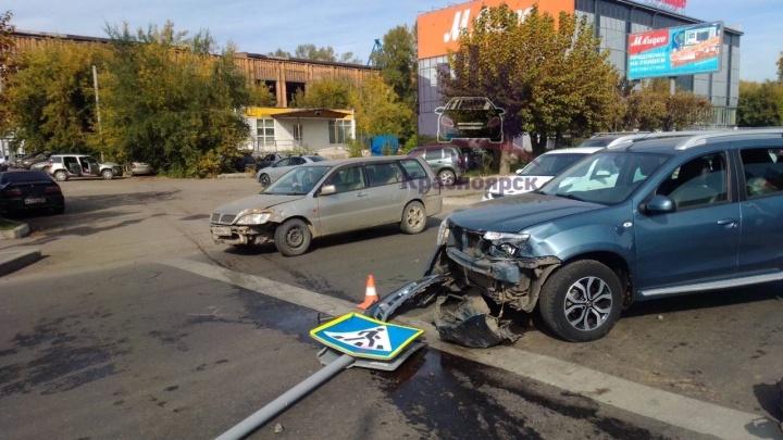 Мужчине на «Тойоте» стало плохо, и он снес знаки и две машины на парковке