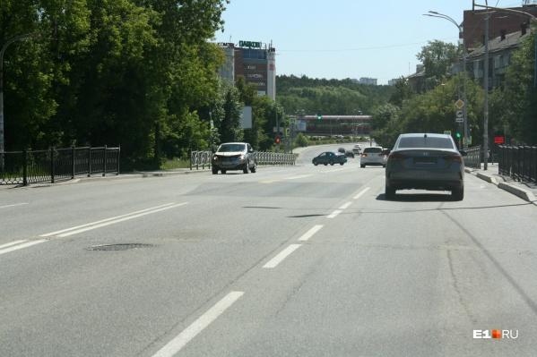 О пешеходном переходе на Восточной, 35 теперь напоминает только промежуток между заборным секциями
