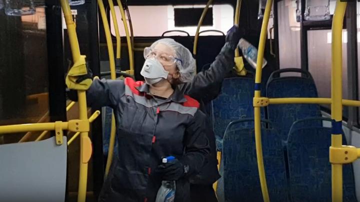 Видео: в администрации Архангельска показали, как обеззараживают автобусы
