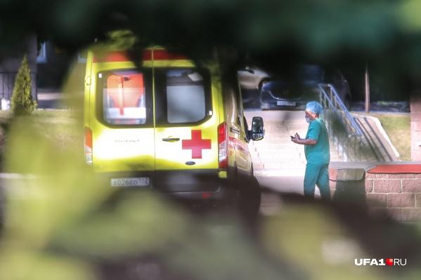 Пациенты продолжают поступать в больницы города
