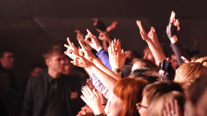 На тусовки собирались сотни людей: уральского диджея будут судить за нелегальные вечеринки на Плотинке