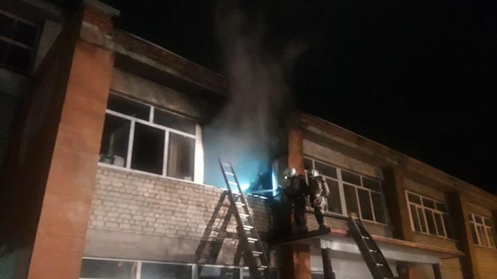 Пожарные эвакуировали пациентов на руках: в Каменске-Уральском загорелась психиатрическая больница