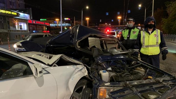 Водителя «семёрки» пришлось вырезать из машины после ДТП у метромоста