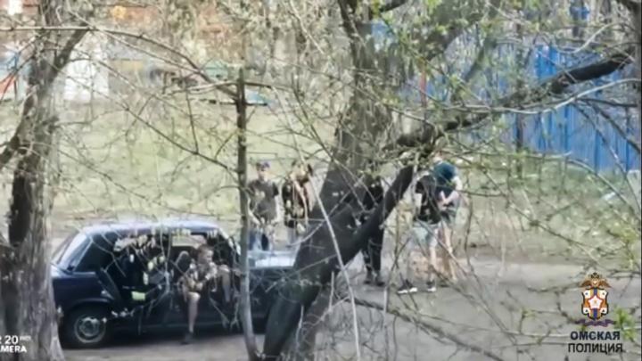 В Нефтяниках подростки собрались на массовую драку. Одному успели сломать челюсть