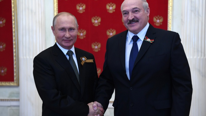 Путин и Лукашенко обсудили по телефону давление, которое оказывают на Белоруссию