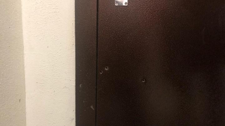 «Стреляли не по двери»: изучаем следы, которые оставили после штурма квартиры на ЖБИ росгвардейцы