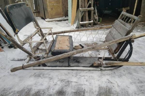 На этой повозке мужчина сбил пенсионерку в деревне Сухобузимского района