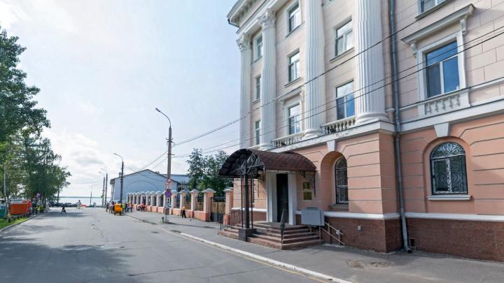 Улицу Воскресенскую в Архангельске частично перекрыли из-за вручения ключей от машин УМВД