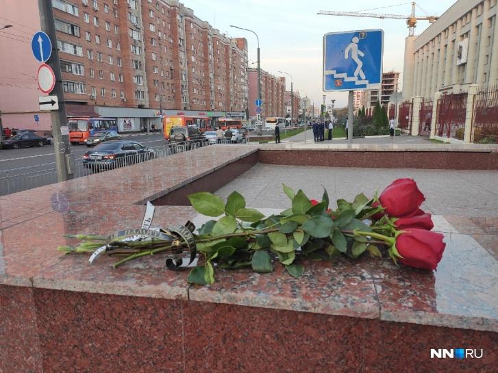 Нижегородцы стали собираться на месте трагедии буквально через несколько минут после ее самоубийства