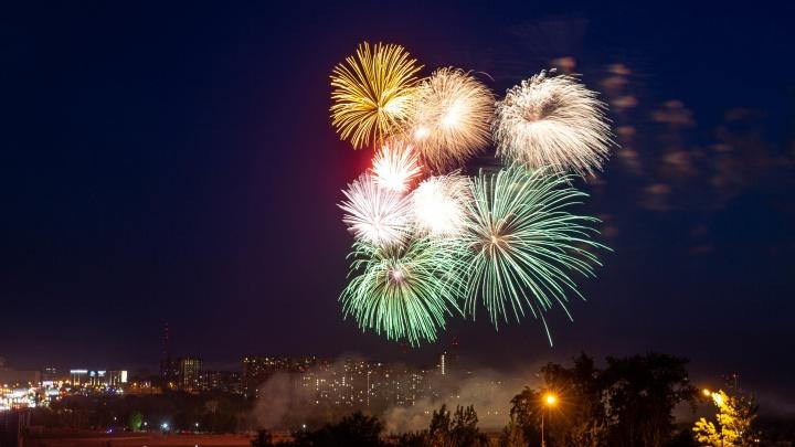 Секретный фейерверк: 8 ярких кадров, как небо над Новосибирском сотрясалось от победного салюта