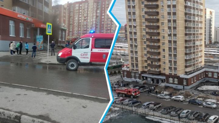 В Тюмени загорелось кафе на первом этаже многоэтажки на Газовиков