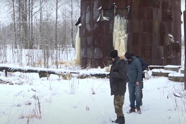 Проблемы в поселке и с водонасосной станцией: баки прогнили и протекают, и образуются вот такие ледяные наросты