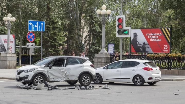 Ударил в среднем ряду: появилось видео очередного ДТП на проклятом перекрестке в центре Волгограда