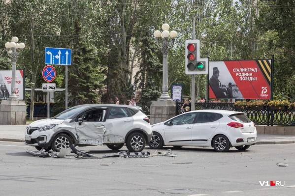 Удар пришелся в основном в водительскую дверь Renault