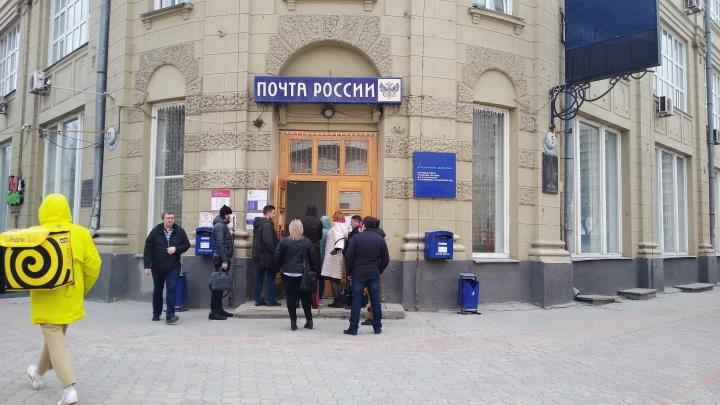 У входа длиннющая очередь: как работает новосибирская почта в карантин