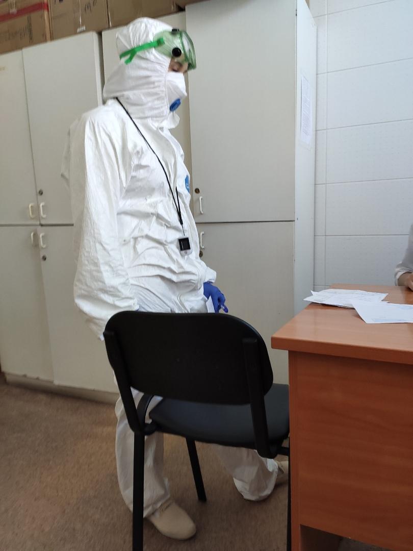 В таком костюме Андрея осматривал врач в инфекционной больнице