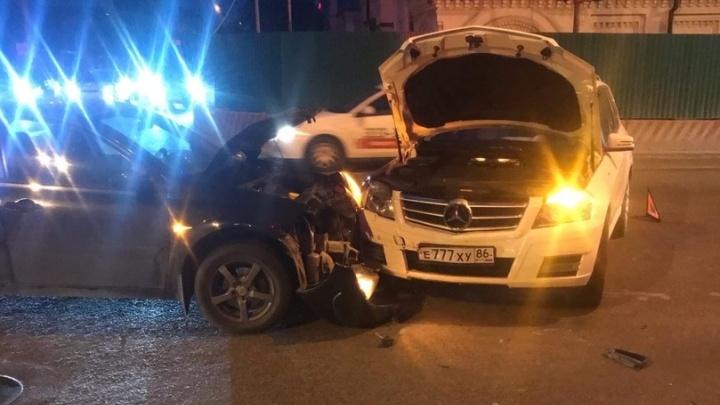 Mercedes с красивыми номерами устроил аварию в центре Тюмени