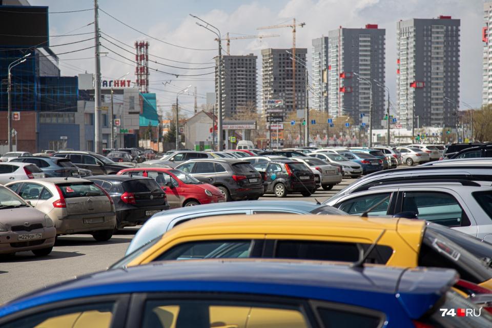 Свободное место на парковке возле ТРК и крупных объектов даже во время самоизоляции приходится поискать