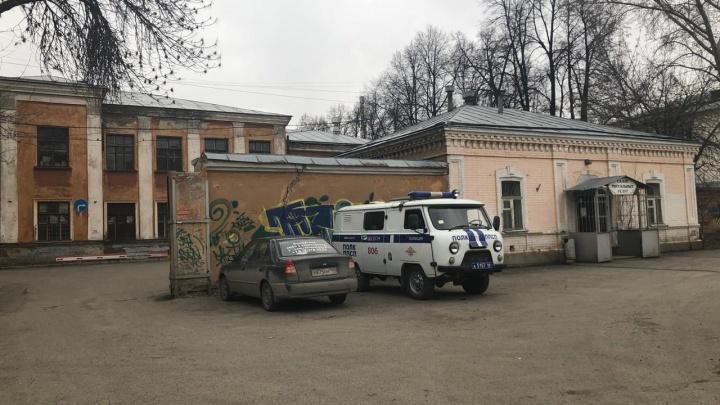 Порезавший полицейского мужчина был пациентом больницы, где случилась вспышка коронавируса
