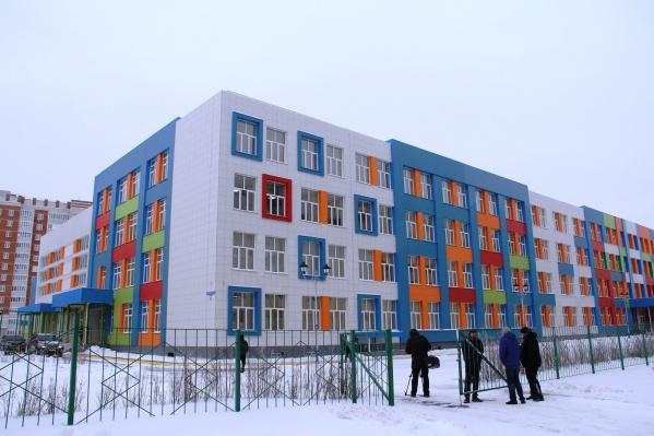 Разноцветный фасад школы виден издалека — это своеобразный тренд новых учебных заведений в Омске