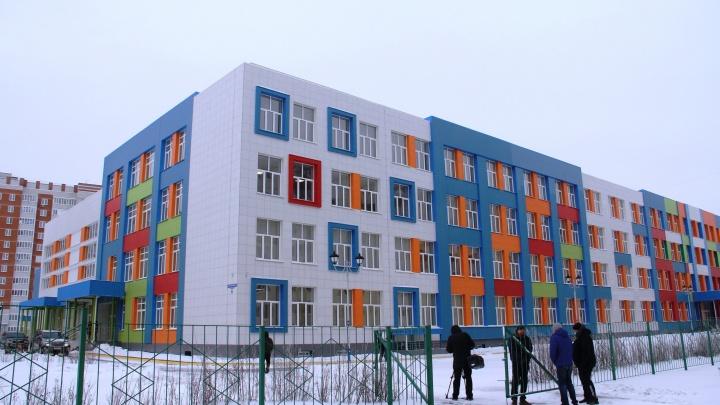 Шахматный пол и диваны в коридорах: смотрим на новую школу в Амуре-2