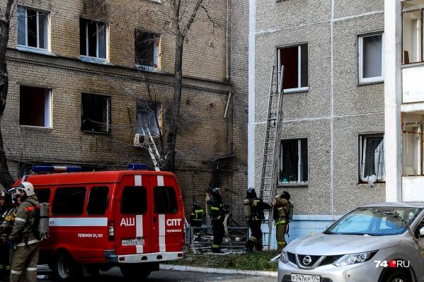 Очевидцы сообщают, что после взрыва в больнице начался пожар в соседнем общежитии