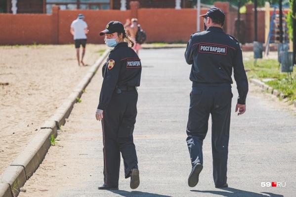 За порядком продолжают следить сотрудники полиции и Росгвардии