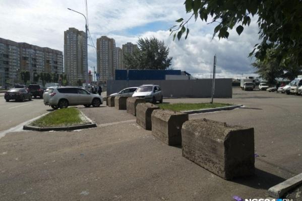 Бетонные блоки стоят вдоль Шахтёров, закрывая проезд к рынку