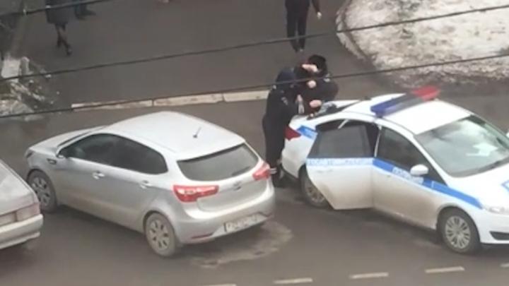 В центре Тюмени за переход дороги в неположенном месте жестко задержали студента