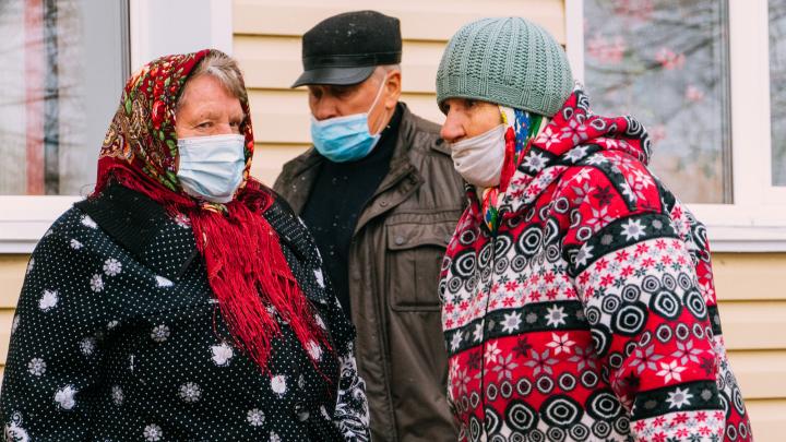 «Я чесноком защищаюсь. Лучше всякой маски»: что думают о ковиде жители небольшого города в Омской области