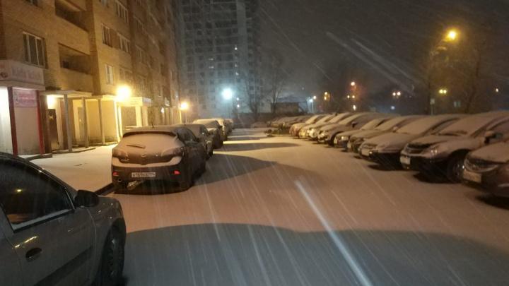 Екатеринбург накрыла зима: онлайн-репортаж с заснеженных улиц города