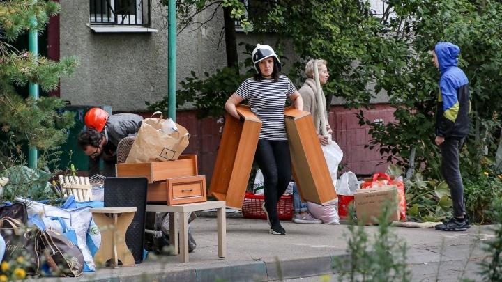 В свою квартиру — только в каске. Жителям взорвавшегося дома на Краснодонцев разрешили забрать вещи