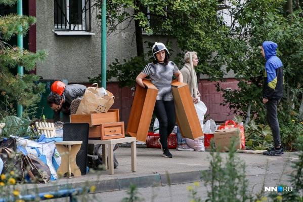 Людям выделили ограниченное время для посещения своих квартир, чтобы они смогли забрать вещи, мебель и бытовую технику