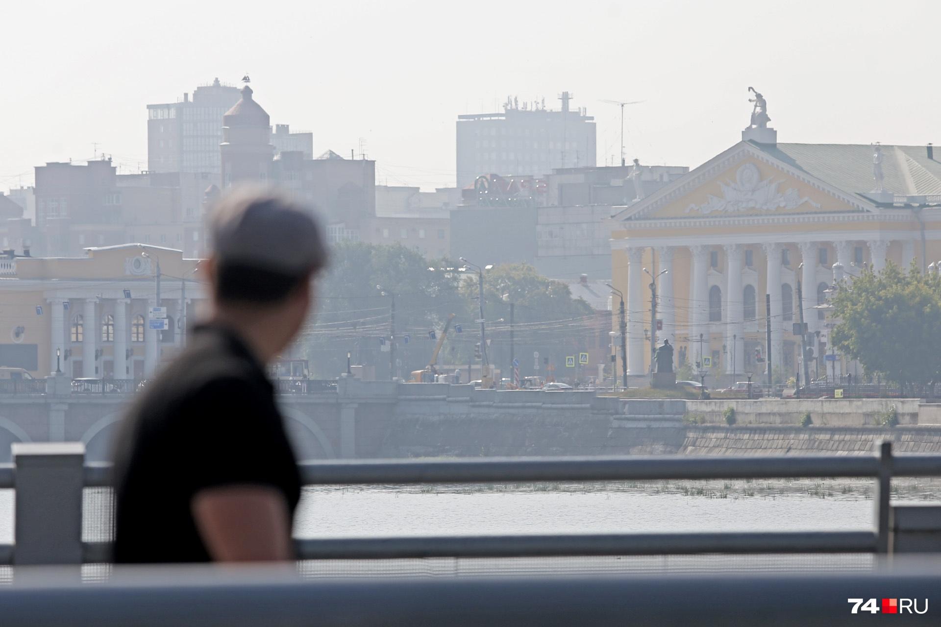 Мужчина рассматривает стройку в тумане