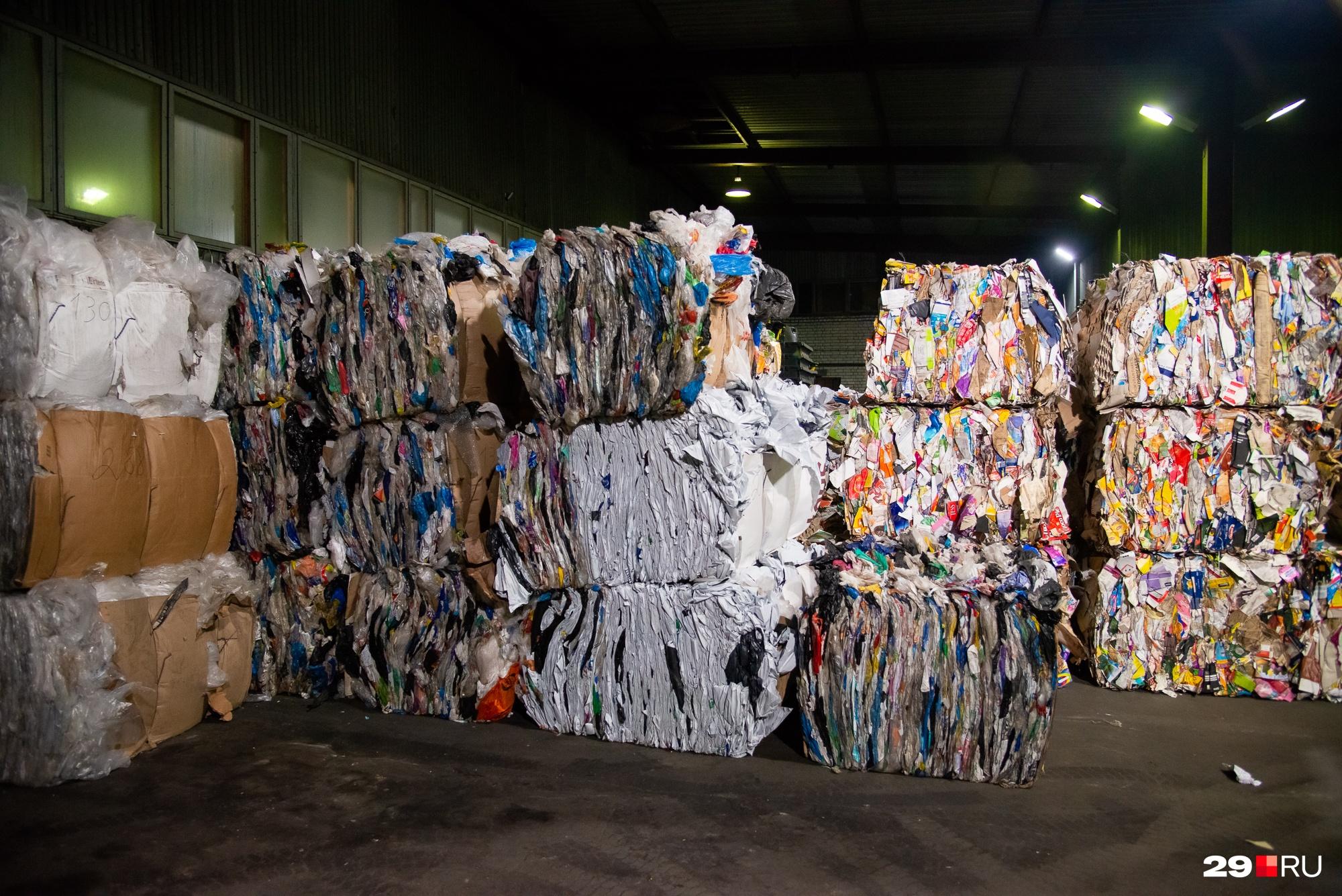 Сортированный мусор прессуют и увозят на продажу