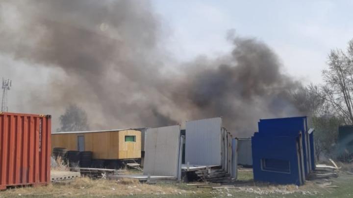Палы травы за «Солнечным»: огонь перекинулся на склады