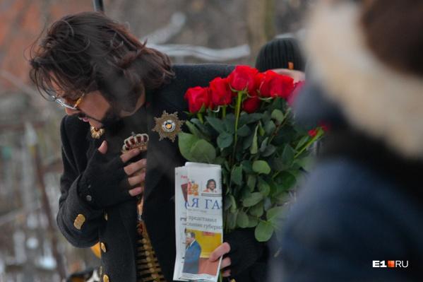 """Филипп Киркоров позировал с «Областной газетой», когда <a href=""""https://www.e1.ru/news/spool/news_id-482665.html"""" target=""""_blank"""" class=""""_"""">приезжал на могилу своего прадеда</a>, который похоронен на Ивановском кладбище"""