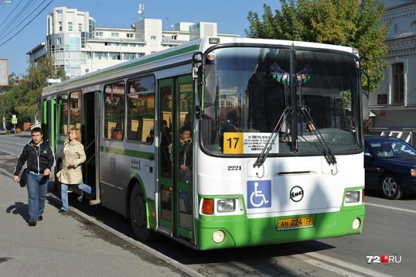 Сейчас в общественном транспорте Тюмени проезд стоит 27 рублей за наличный расчет, и 26 рублей — за безналичный