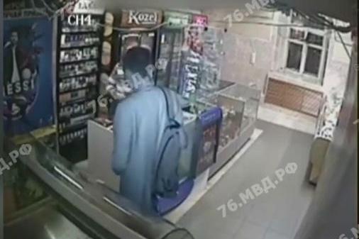 Мужчина похитил из кассы более пяти тысяч рублей