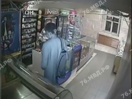 «Нужны были деньги»: ярославец, ограбивший магазин, попал на камеры наблюдения