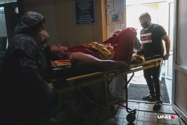 Пациентов привозят в больницы на скорых