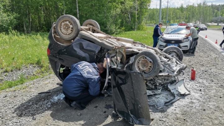 В больнице умер водитель легковушки, которая на выезде из Первоуральска перевернулась на крышу и загорелась