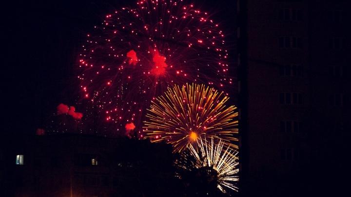 Яркие залпы взорвали небо: 9 фото праздничного салюта в Тюмени